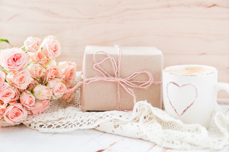 Día de la Madre concepto - café presentes y rosas espacio de la copia