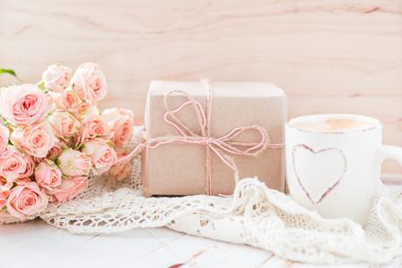 desayuno romantico: Día de la Madre concepto - café presentes y rosas espacio de la copia
