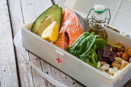 Healthy Lifestyle-Konzept - Auswahl von Lebensmitteln, die statt Drogen am besten für Ihre Gesundheit in der Medizin-Box ist