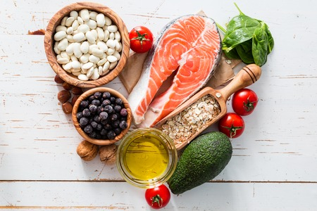 Selectie van voedsel dat is goed voor het hart, witte houten achtergrond Stockfoto
