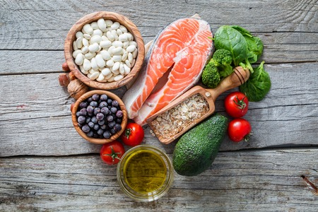 aceite oliva: La selecci�n de la comida que es bueno para el coraz�n, el fondo de madera r�stica