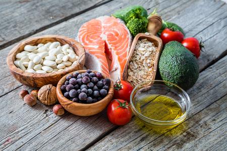 Die Auswahl von Lebensmitteln, die für das Herz, rustikale Holz Hintergrund gut