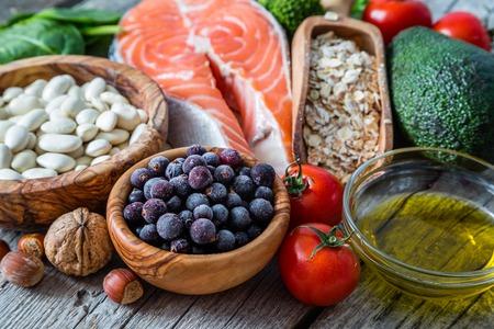 심장에 좋은 음식의 선택, 소박한 나무 배경 스톡 콘텐츠