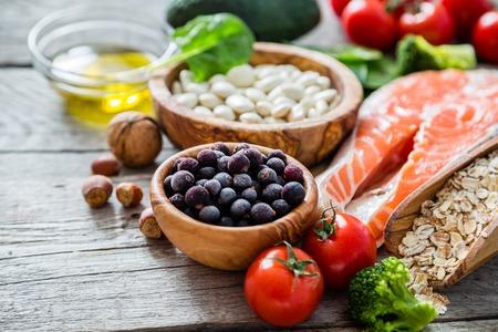dieta saludable: La selección de la comida que es bueno para el corazón, el fondo de madera rústica