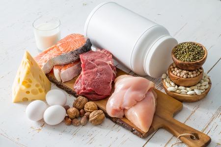 Auswahl von Proteinquellen im Küchenhintergrund, Kopienraum