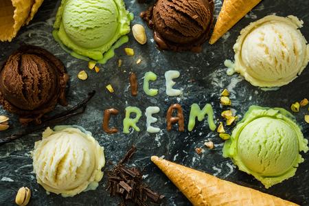 Selectie van kleurrijke ijs scoops in witte kommen, kopiëren ruimte