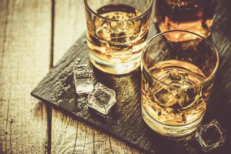Whistey mit Eis in den Gläsern, rustikale Holz Hintergrund, Kopier-Raum, getönten Standard-Bild