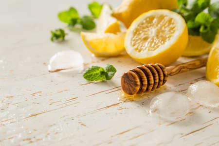 lemonade: ingredientes limonada en el fondo blanco, espacio de copia