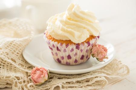 vanilla cupcake: Vanilla cupcake on wood background, copy space
