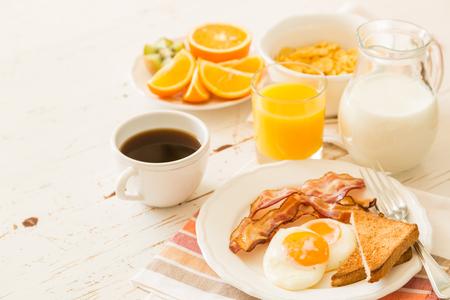 desayuno americano tradicional, fondo blanco, espacio de la copia