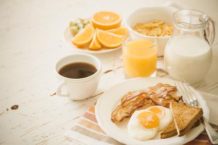 Desayuno americano tradicional, fondo blanco, espacio de copia