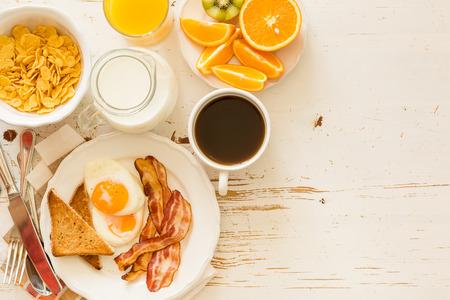 Desayuno americano tradicional, fondo blanco, espacio de copia Foto de archivo