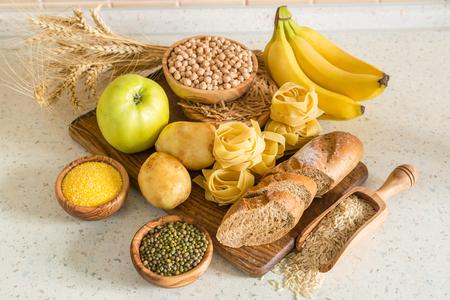 Selectie van comptex koolhydraten bronnen op hout achtergrond, exemplaar ruimte