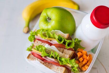 caja de leche: caja de almuerzo con el emparedado y las frutas, espacio de la copia Foto de archivo