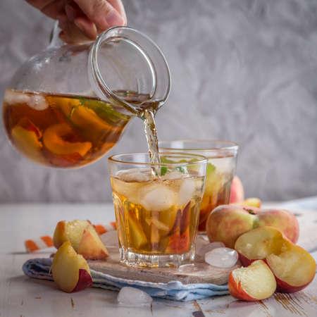 t� helado: Peach t� helado en copas, espacio de la copia