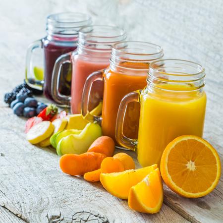 Slection di succhi di frutta fresca in vasi, copia spazio