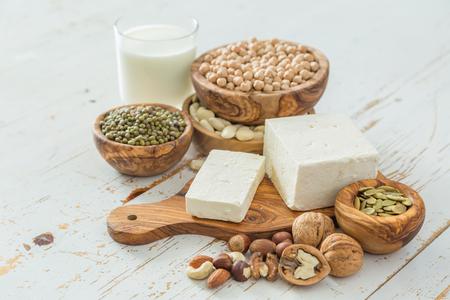 Selectie van veganistische eiwitbronnen op houten achtergrond, kopieer ruimte