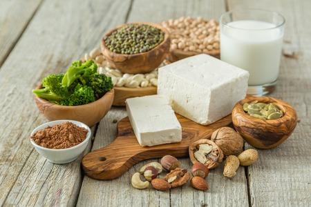 Selección de las fuentes de proteínas vegetarianas en el fondo de madera, espacio de copia