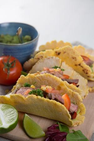 tortilla de maiz: Tacos con carne de res, la pimienta y el guacamole, el espacio de copia Foto de archivo