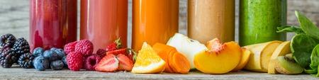 Selectie van kleurrijke smoothies op rustieke houten achtergrond, kopieer ruimte Stockfoto