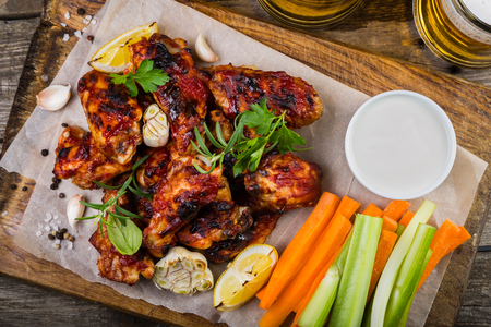 맥주와 야채 스틱 나무 보드에 닭 날개