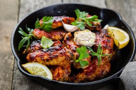 주철 프라이팬에 닭 날개 스톡 콘텐츠