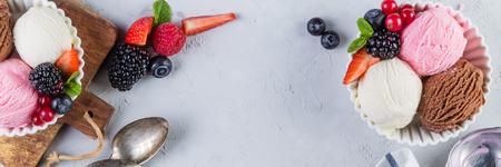 Selezione di colorate palline di gelato in ciotole bianche, copia spazio Archivio Fotografico - 78694342