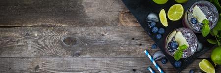 Blueberry mojito op rustieke houten achtergrond Stockfoto