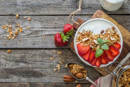 Straberries、グラノーラとヨーグルトの朝食
