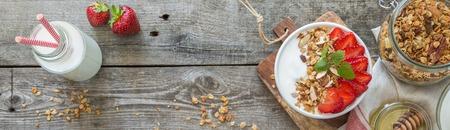 Ontbijt - yoghurt met granola en straberries Stockfoto