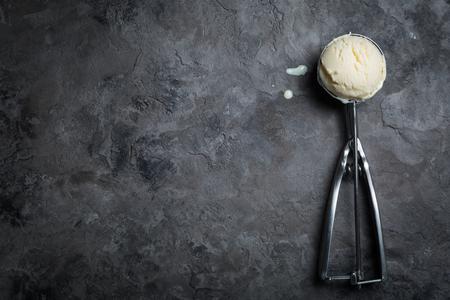 Vanille-ijs op rustieke achtergrond