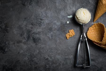 Vanilleeis auf rustikalem Hintergrund Standard-Bild - 82814791