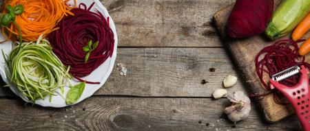 野菜麺 - ズッキーニ、ニンジン、ビートの根 写真素材