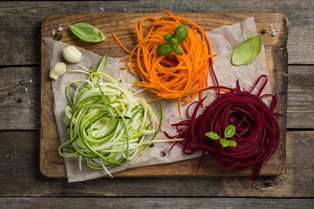 Plantaardige noedels - courgette, wortel en rode biet Stockfoto - 82832508