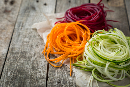 Fideos vegetales - calabacín, zanahoria y remolacha Foto de archivo - 82832509