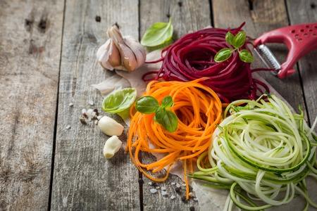 Plantaardige noedels - courgette, wortel en rode biet Stockfoto - 82832510