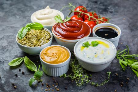 Sélection de différentes sauces dans des bols Banque d'images - 83255653