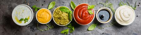 Selección de diferentes salsas en tazones Foto de archivo - 83255681