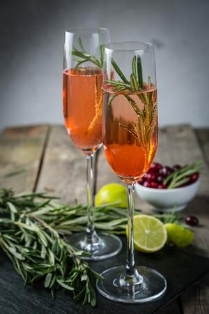 クランベリーとローズマリーのシャンパン カクテル