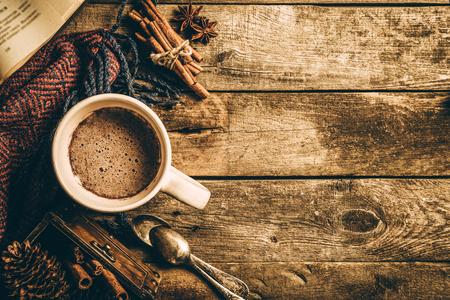 Winter warme chocolademelk op rustieke achtergrond Stockfoto