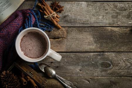 素朴な背景に冬のホット チョコレート