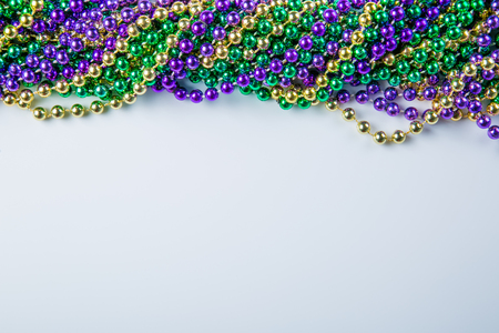 Mardi gras carnival background - beads and mask Banque d'images