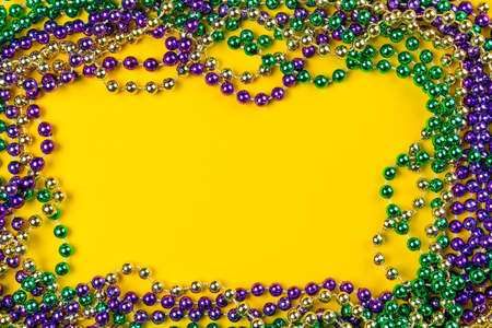 Mardi gras carnival background - beads and mask Standard-Bild
