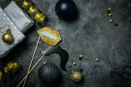 Uitnodiging voor kerstfeest - zilveren, gouden en zwarte decoraties