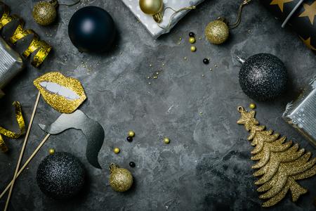 Uitnodiging voor kerstfeest - zilver goud en zwarte decoraties