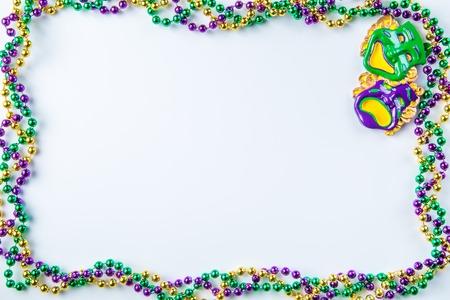 Mardi Gras carnaval fundo - grânulos e máscara em fundo branco, isolado