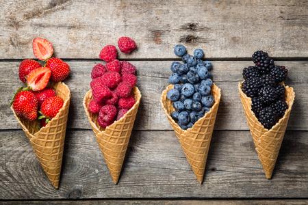 소박한 배경에 아이스크림 콘에서 여름 딸기의 선택. 건강 한 디저트, 라이프 스타일입니다.