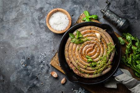 Barbeque sausages on cast iron pan Reklamní fotografie - 94602425