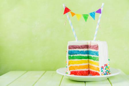 Fondo de cumpleaños - pastel de arco iris rayado con glaseado blanco Foto de archivo - 96244552