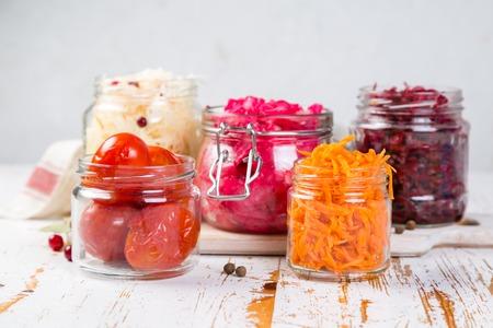 発酵食品の選択 - ニンジン、キャベツ、トマト、ビートルート、コピースペース